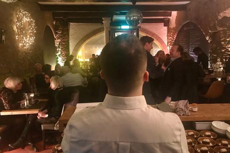 Le chef Arnaud Deparis observe une salle comble et enthousiaste pour sa Cuisine des amis, au Dipso. (Photo: Maison Moderne)