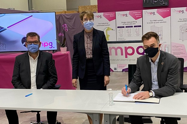 Le ministre de l'Économie, Franz Fayot, a signé, ce mercredi 16 décembre, une convention avec la société Molecular Plasma Group. (Photo: MECO)