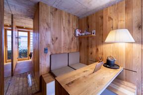 Le premier espace de la chambre est un espace de séjour équipé d'une table coulissante. ((Photo: Patty Neu))