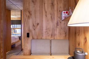 Le bois est omniprésent dans la chambre, un matériau reconnu pour sa chaleur et ses qualités acoustiques. ((Photo: Patty Neu))