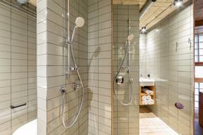 L'espace de douche est réduit à son minimum par un astucieux jeu de parois pivotantes. ((Photo: Patty Neu))