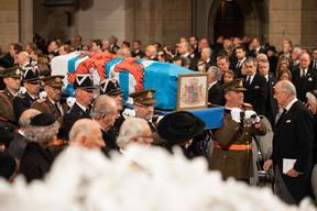 Le cercueil du Grand-Duc Jean, porté par des policiers et des soldats. ((Photo: Cour grand-ducale / Sophie Margue))