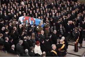 Sortie du cercueil du Grand-Duc Jean à la fin de la messe. ((Photo: Guy Wolff / Luxemburger Wort / Pool Photos))