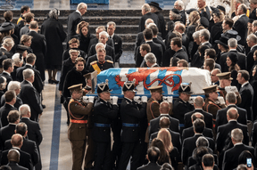 Sortie du cercueil du Grand-Duc Jean vers la porte principale de la cathédrale. ((Photo: Cour grand-ducale / Claude Piscitelli))