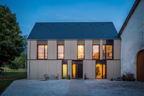 La façade de la maison est une alternance rythmée entre parties pleines et parties vitrées. (Photo: Steve Troes)