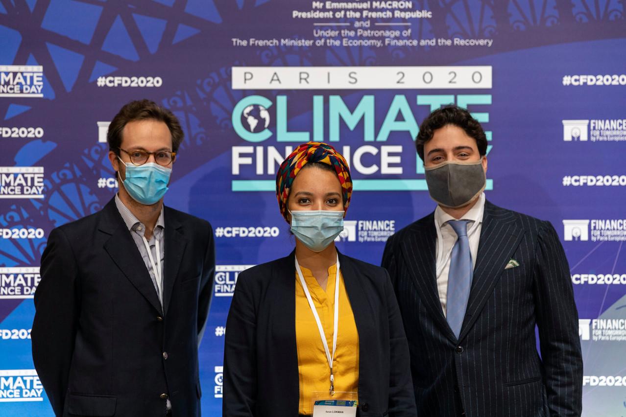Entre Alexander Stevens, ici à gauche, et Elias Mrabet,  Sarah Lokman  a reçu le prix international du concours de fintech du Climate Finance Day français, début novembre. (Photo: Greenomy)