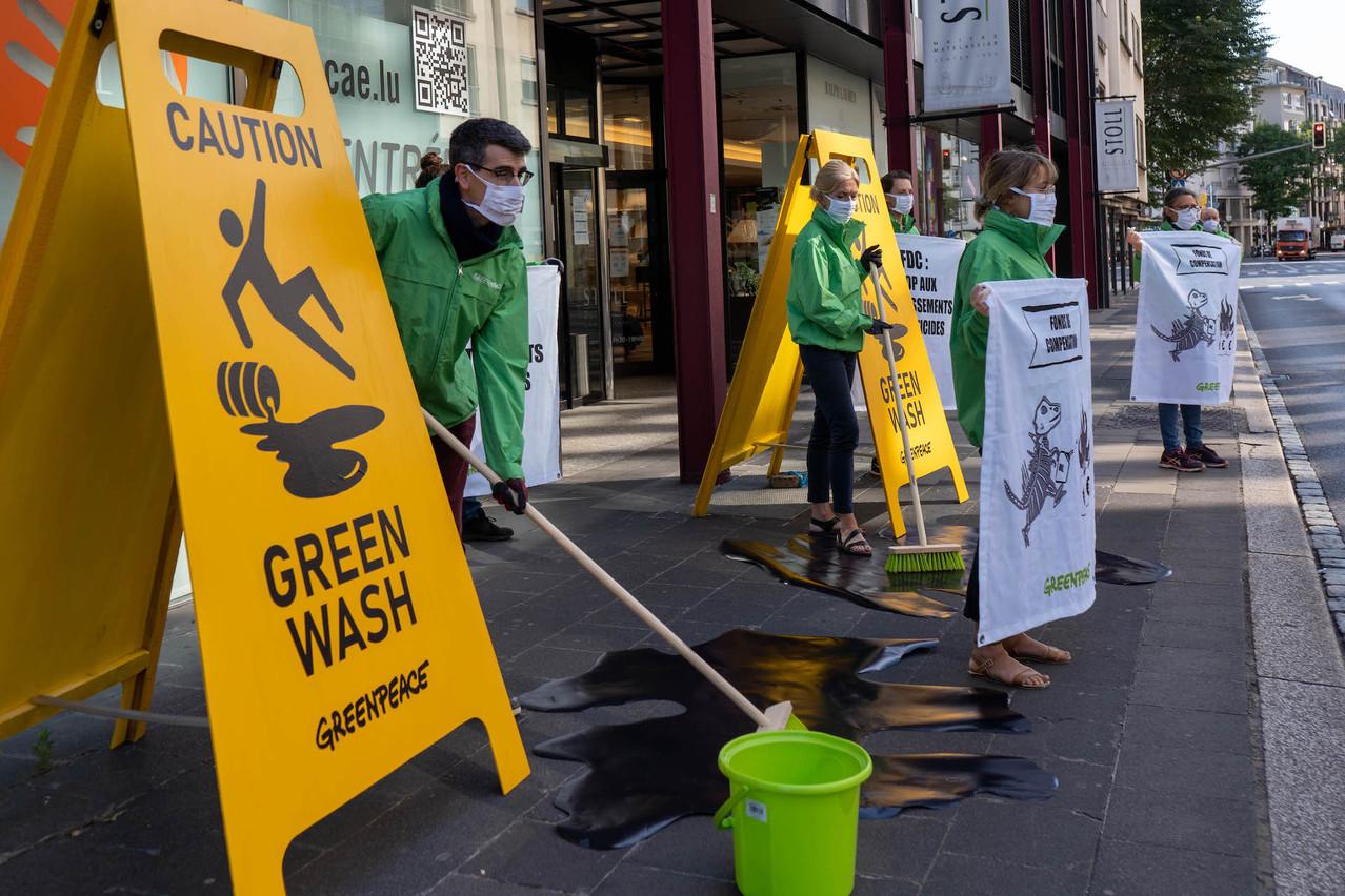 Neuf militants de Greenpeace ont investi le trottoir devant la Cnap, siège du FDC, afin de dénoncer les investissements du fonds souverain dans les énergies fossiles. (Photo: Sara Poza Alvarez / Greenpeace)