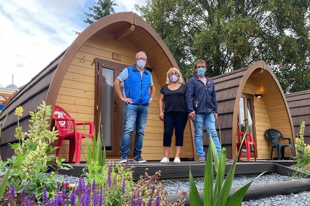 Le vice-président du Syndicat d'initiative et de tourisme, AlainGoedert, et les deux gérants du camping, les époux Schumacher, aux petits soins de leurs 90résidents à l'année et de la quarantaine de touristes de passage. (Photo: Paperjam)