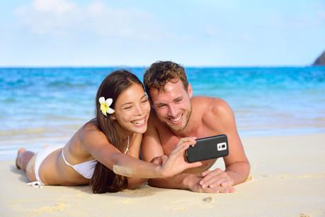Se déconnecter en vacances, une tendance? Pas sûr. À l'heure de la communication exacerbée, trouver du réseau passe souvent avant trouver de l'eau potable. (Photo: Shutterstock)