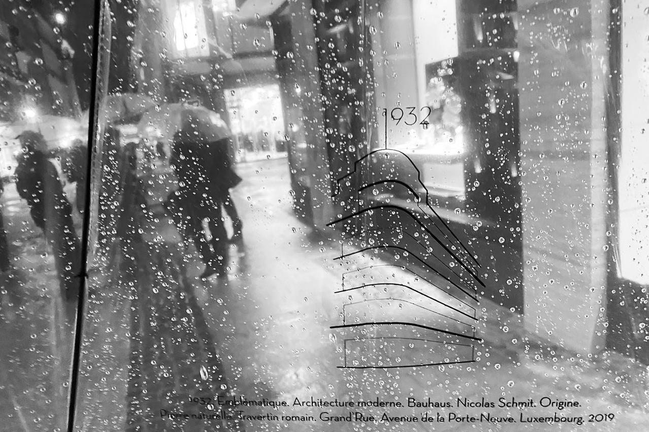 À l'occasion de l'inauguration du bâtiment, des parapluies estampillés de la silhouette du bâtiment étaient offerts aux participants. (Photo: Sven Becker)