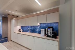Au centre du plateau, on trouve des espaces de détente, comme la kitchenette. ((Photo: Gaël Lesure))