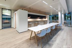 L'espace de la cuisine est conçu comme une boîte dans une boîte. Différents types d'assises sont proposés. ((Photo: Gaël Lesure))