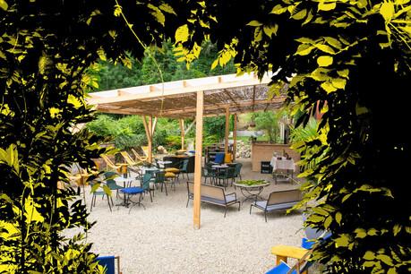 Le long de la Moselle, l'hôtel-restaurant Suma a eu la bonne idée d'installer un bar/guinguette canon dans son jardin, pour des apéros (et bien plus) à la fraîche! (Design: Sascha Timplan/Maison Moderne)