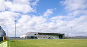 Le hall sportif fait la liaison entre une zone haute et une zone basse à Bissen. ((Photo: Holweck Bingen Architectes))