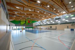 À l'intérieur, on trouve une salle multisport, un mur d'escalade et des gradins. ((Photo: Holweck Bingen Architectes))