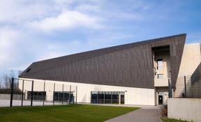 Des ouvertures vitrées permettent l'entrée de lumière naturelle sur le terrain de sport. ((Photo: Holweck Bingen Architectes))