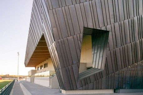 La façade du centre sportif a été réalisée avec un bardage en cuivre. (Photo: Holweck Bingen Architectes)
