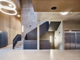 La structure du bâtiment se laisse lire, et les matériaux comme le béton sont utilisés aussi pour leur qualité esthétique. ((Photo: Andrés Lejona/Maison Moderne))