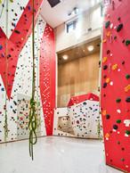Un grand mur d'escalade est proposé dans le complexe sportif. ((Photo: Andrés Lejona/Maison Moderne))
