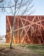 Un enchevêtrement de lignes obliques apparaissent sur la façade. ((Photo: 11h45))