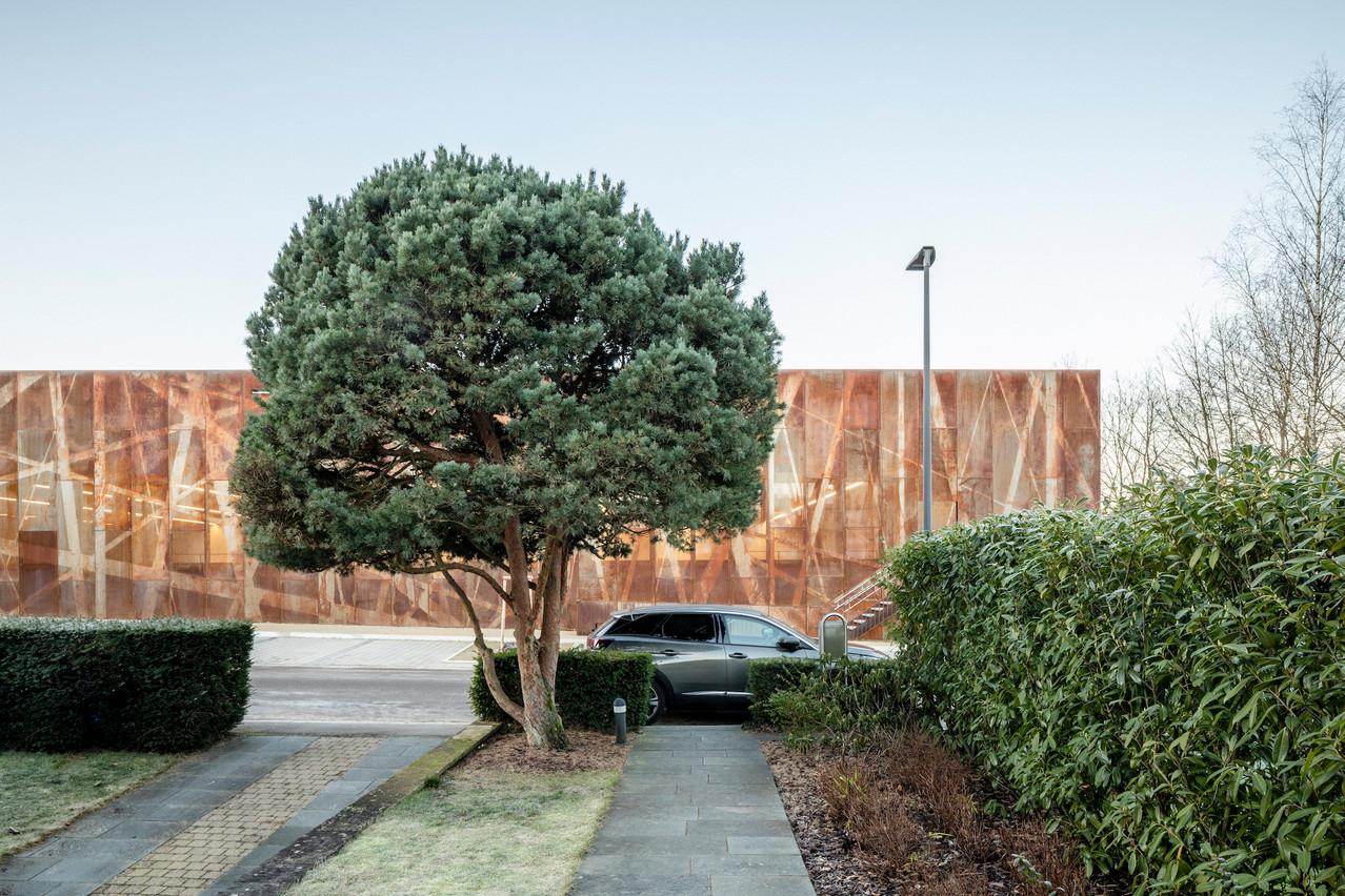 La façade du hall sportif est réalisée en acier Corten personnalisé, ce qui lui donne un caractère singulier et très identifiable. (Photo: 11h45)