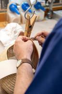 L'art de la main: pour réaliser ce petit panier de pêche, les artisans mettent en œuvre des techniques traditionnelles telles que le point sellier. ((Photo: Eric Chenal))