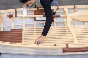 Canoë: les commandes sur mesure poussent la trentaine de collaborateurs à aller au-delà de leurs habitudes, comme pour la réalisation de ce canoë entièrement ficelé et chevillé. ((Photo: Eric Chenal))