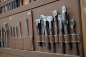 Archives: tous les projets sont archivés dans l'atelier, avec un échantillon des cuirs utilisés pour réaliser les commandes. ((Photo: Eric Chenal))