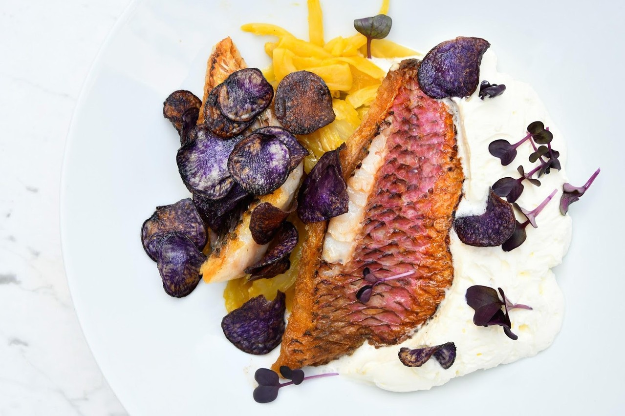Rouget cuit à l'unilatéral avec son fenouil à l'orange et ses chips de vitelotte. (Photo: Café des Capucins)