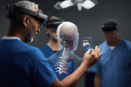 Les HoloLens de Microsoft ont été utilisées, depuis le début de la crise, soit pour amener davantage d'informations aux médecins, soit pour leur permettre de ne pas prendre de risques avec des patients. (Photo: Microsoft)