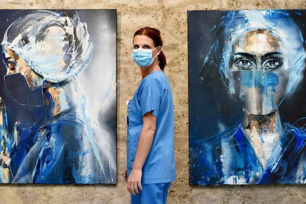 L'artiste inspirée par les visages a pour la première fois peint des infirmières, après plusieurs semaines de tension liée au Covid-19 à l'hôpital. (Photo: Gilliane Warzée)
