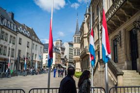 Les drapeaux sont toujours en berne devant la Chambre des députés ((Photo: Mike Zenari))