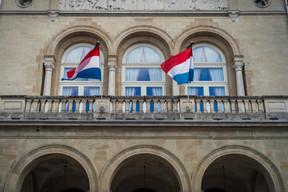 Les drapeaux sont toujours en berne dans la capitale ((Photo: Mike Zenari))