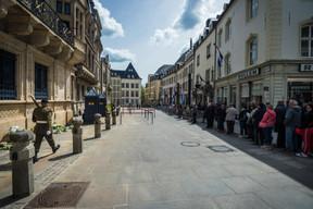 De nombreuses personnes ont fait la file devant le palais grand-ducal pour rendre hommage au Grand-Duc Jean ((Photo: Mike Zenari))