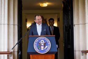 Le président de la Chambre des députés, Fernand Etgen, s'est adressé aux personnes rassemblées à l'ambassade des États-Unis, le samedi 11 septembre. ((Photo: Matic Zorman/Maison Moderne))