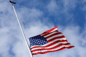 Le drapeau des États-Unis était en berne au-dessus de l'ambassade américaine. ((Photo: Matic Zorman/Maison Moderne))