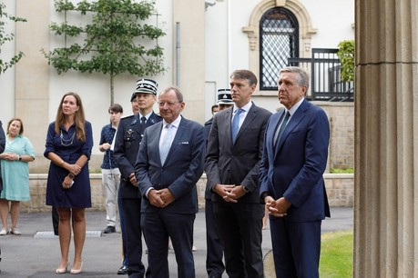 Fernand Etgen, Casey Mace et François Bausch lors de la cérémonie de commémoration dans l'enceinte de l'ambassade américaine le samedi 11 septembre 2021. (Photo: Matic Zorman/Maison Moderne)