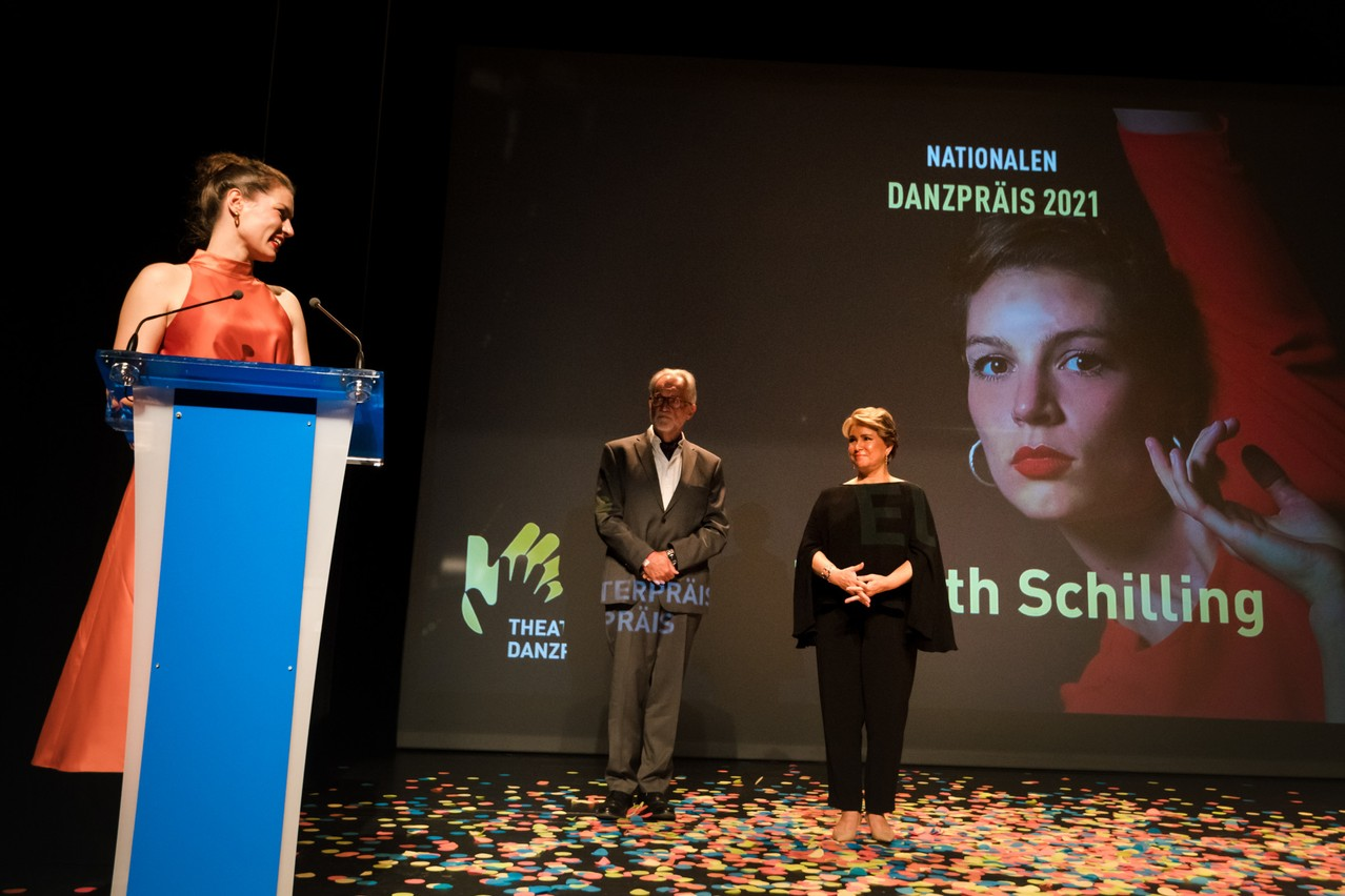 Elisabeth Schilling received the Lëtzebuerger Danzpräis and is seen here with Grand Duchess Maria Teresa looking on. (Photo: Nader Ghavami/Maison Moderne)