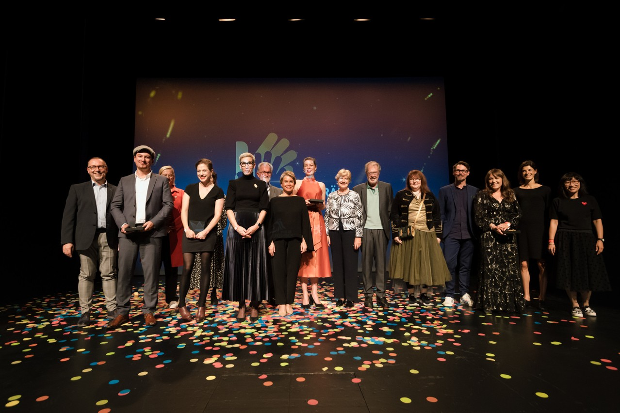 The jury and the winners join Grand Duchess Maria Teresa,on the stage at the Lëtzebuerger Theaterpräisser and the Lëtzebuerger Danzpräis.  (Photo: Nader Ghavami/Maison Moderne)