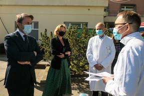 Le Premier ministre, XavierBettel, et la ministre de la Santé, PauletteLenert, écoutent les explications du docteur MarcSimon, directeur des urgences, à droite, en présence de RomainNati, le directeur général du CHL. ((Photo: Matic Zorman))