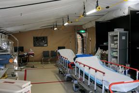 Une première tente d'accueil, pour bien diriger les patients. ((Photo: Matic Zorman))
