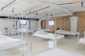 Au total, 80 lits, dans quatre tentes, permettent d'accueillir des patients dans des conditions proches de l'hébergement «en dur». ((Photo: Matic Zorman))