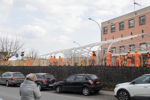 Les équipes FélixGiorgetti sont en train de monter une structure, qui accueillera 56conteneurs de l'Otan, acheminés depuis l'Italie par Cargolux. (Photo: Matic Zorman)