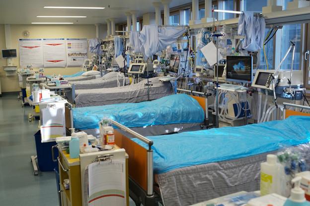 Amenés à accroître leurs capacités en soins intensifs, les hôpitaux réduisent la voilure tout en restant à l'affût d'un sursaut des hospitalisations après la rupture progressive du confinement. (Photo: HRS/MG)