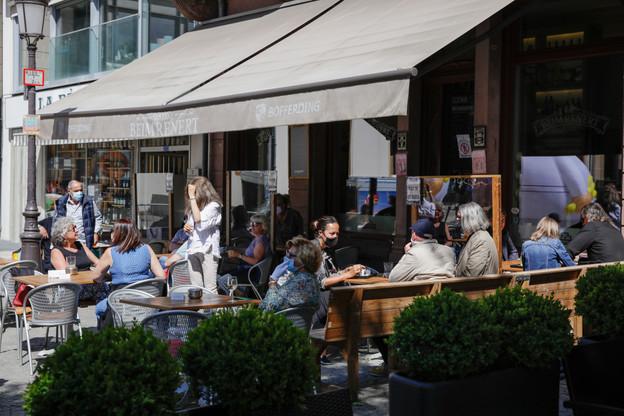 Les bars et restaurants, aujourd'hui limités à minuit par le Covid-19, veulent pouvoir ouvrir jusqu'à 1h du matin. (Photo: Romain Gamba/archives Maison Moderne)