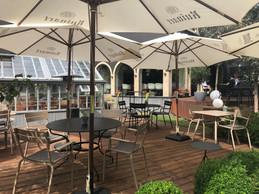 Grâce à sa large terrasse en bois, l'établissement peut accueillir ses clients tout en respectant la distanciation sociale, tant que la météo le permet. ((Photo: Paperjam.lu))