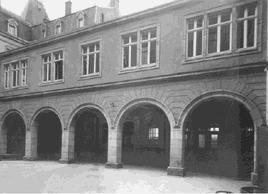 Photographie de la cour intérieure avec vue sur l'aile nord, avant 1950 ((Photo: Post Luxembourg))
