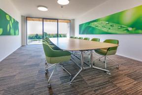 Les salles de réunion s'ouvrent généreusement sur l'environnement naturel. ((Photo: Belvedere Architecture))