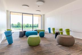 Certaines salles de réunion sont équipées de mobilier favorisant un comportement dynamique. ((Photo: Belvedere Architecture))