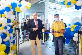 The mayor of Arlon, Vincent Magnus, attended the inauguration together with director Christopher Burman. (Photo: Ikea)